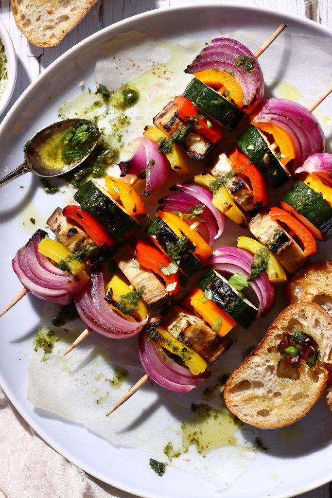Spiedini di verdure alla griglia - flatlay close up
