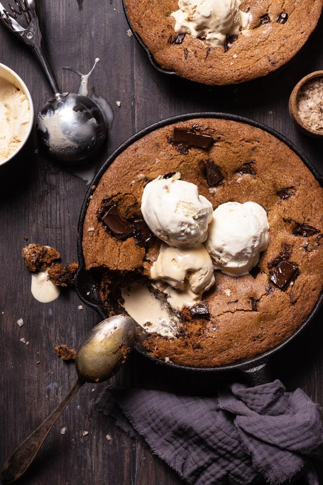 Chocolate chip cookies skillet - flatlay